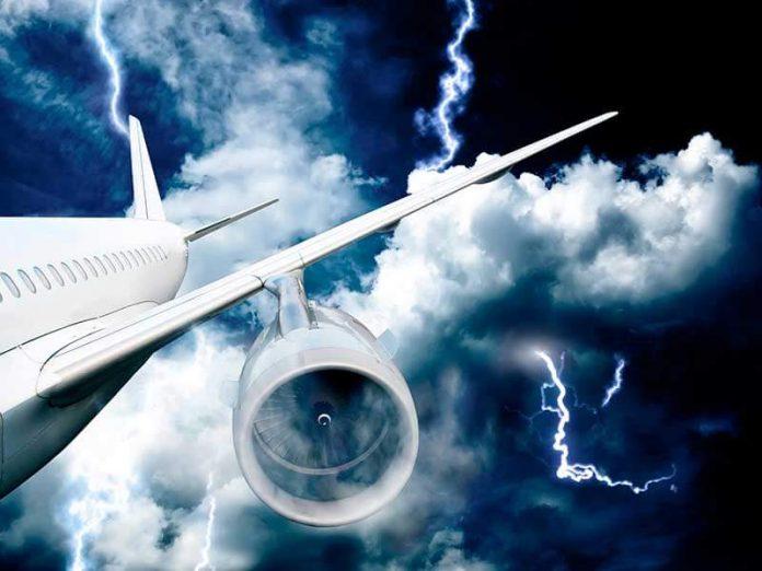 Avión alcanzado por un rayo