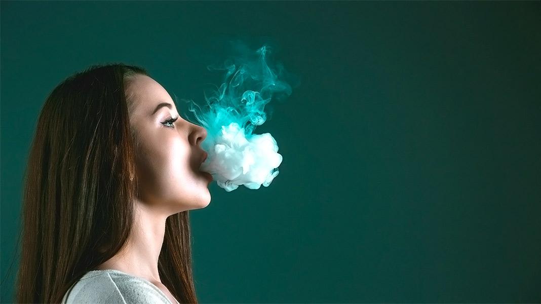 chica echando vapor por la boca