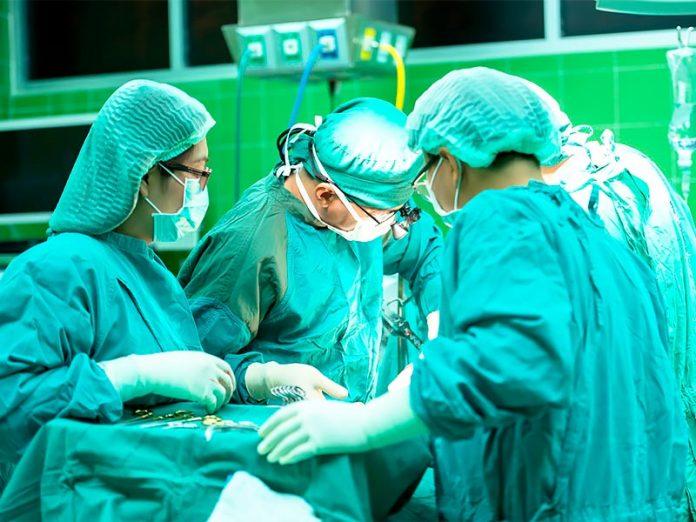 Este cirujano firma con sus iniciales los hígados de sus pacientes.