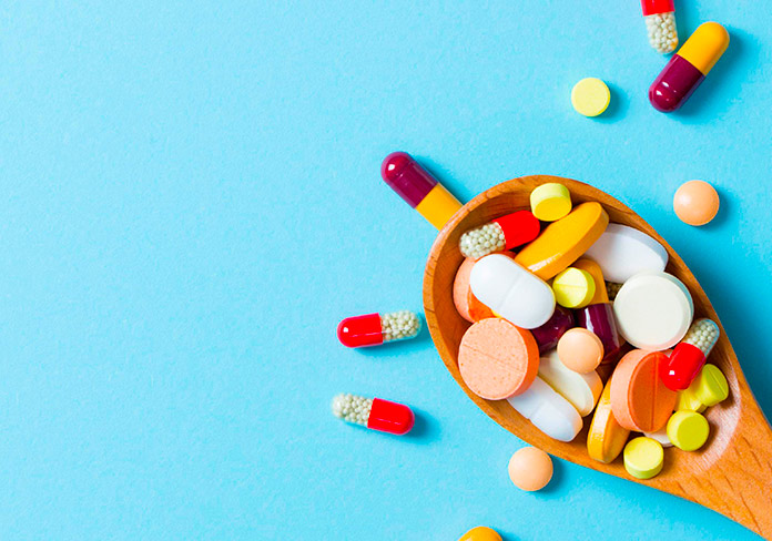 Cuchara de madera cubierta de medicamentos