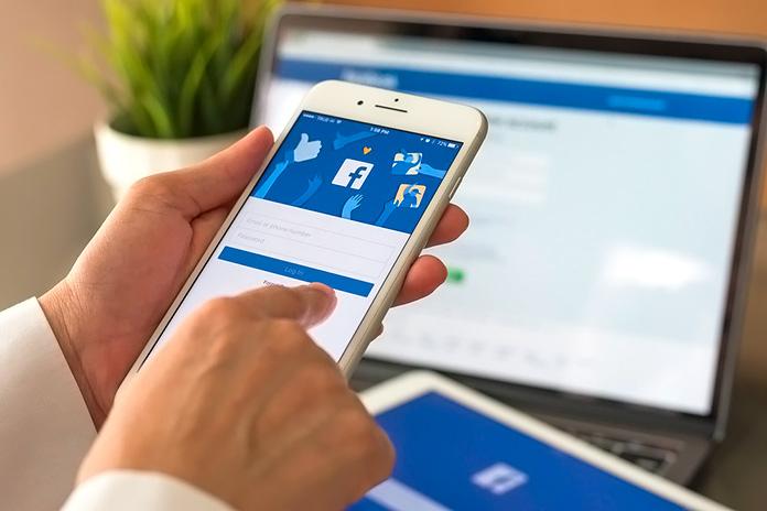 teléfono móvil visualizando la página de Facebook
