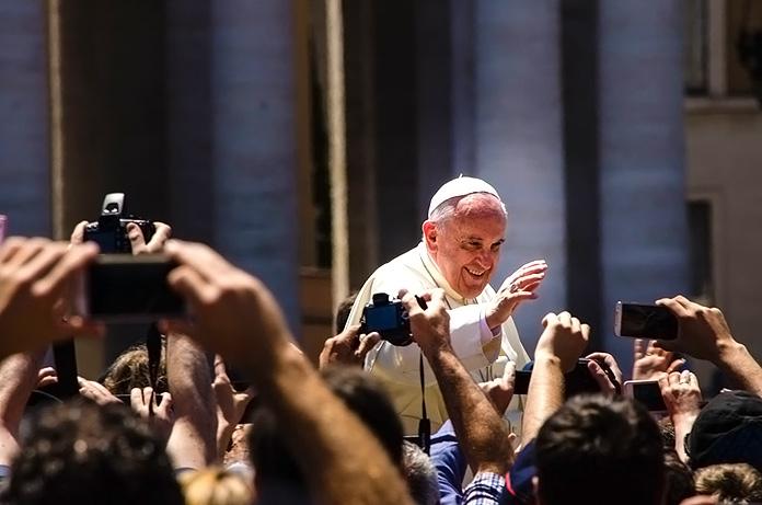 El Papa saludando a los fieles en Francia
