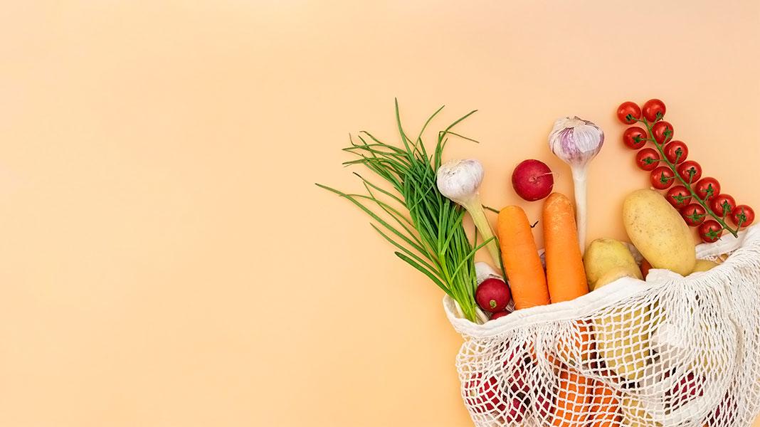 verduras ecológicas dentro de una malla