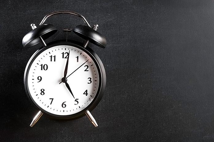 Reloj despertador blanco y negro con 2 campanas