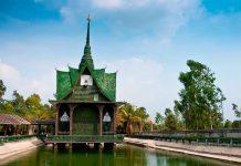 Un templo hecho con un millón de botellas de cerveza se alza en la selva.